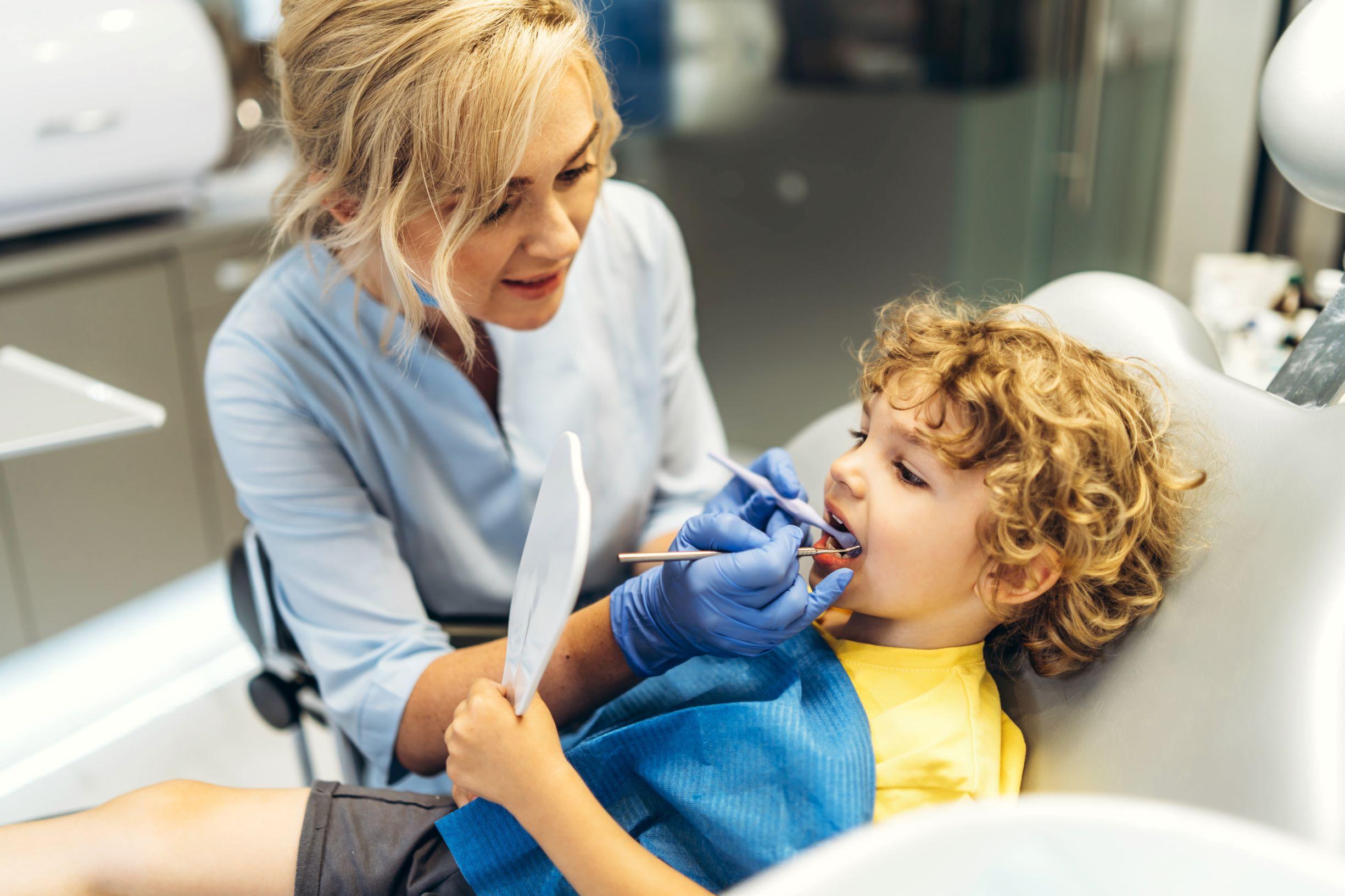 jeune garçon chez le dentiste