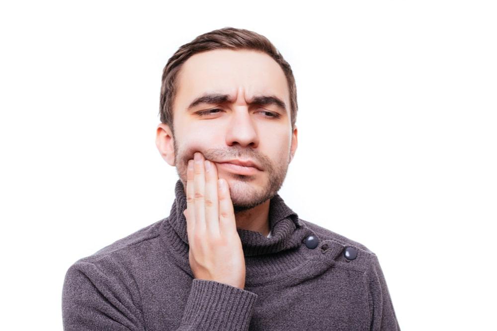 homme qui a mal aux dents